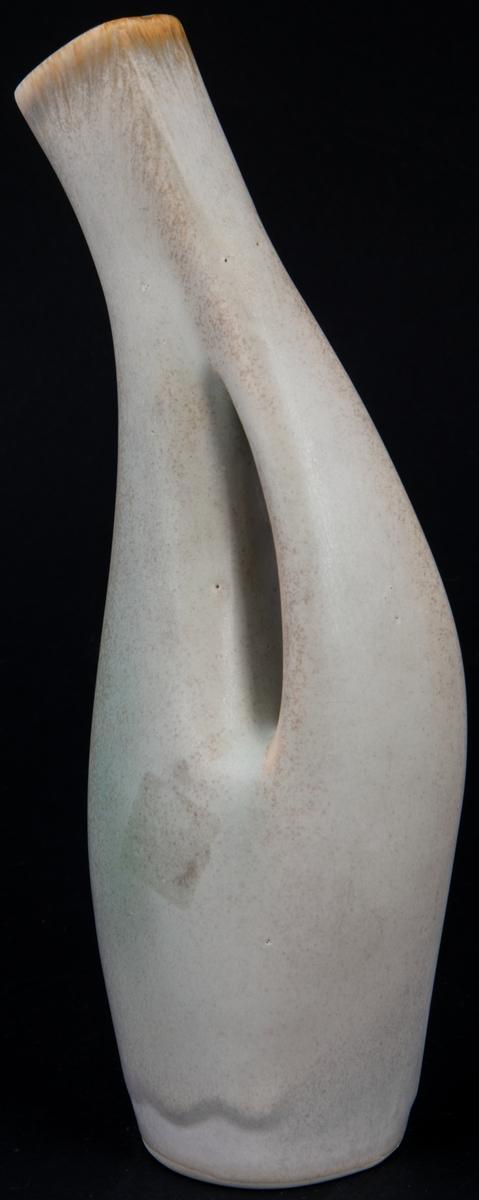 Vas, vit med svängd hals. Modell M27. Signerad Lillemor -55