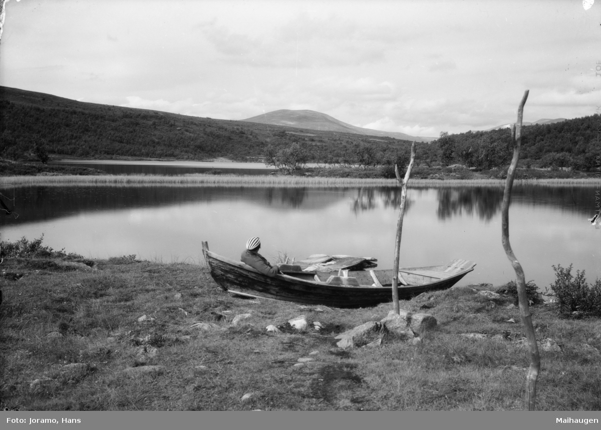 Dovrefjell, ved Kvitdalsvatnet med robåt på land