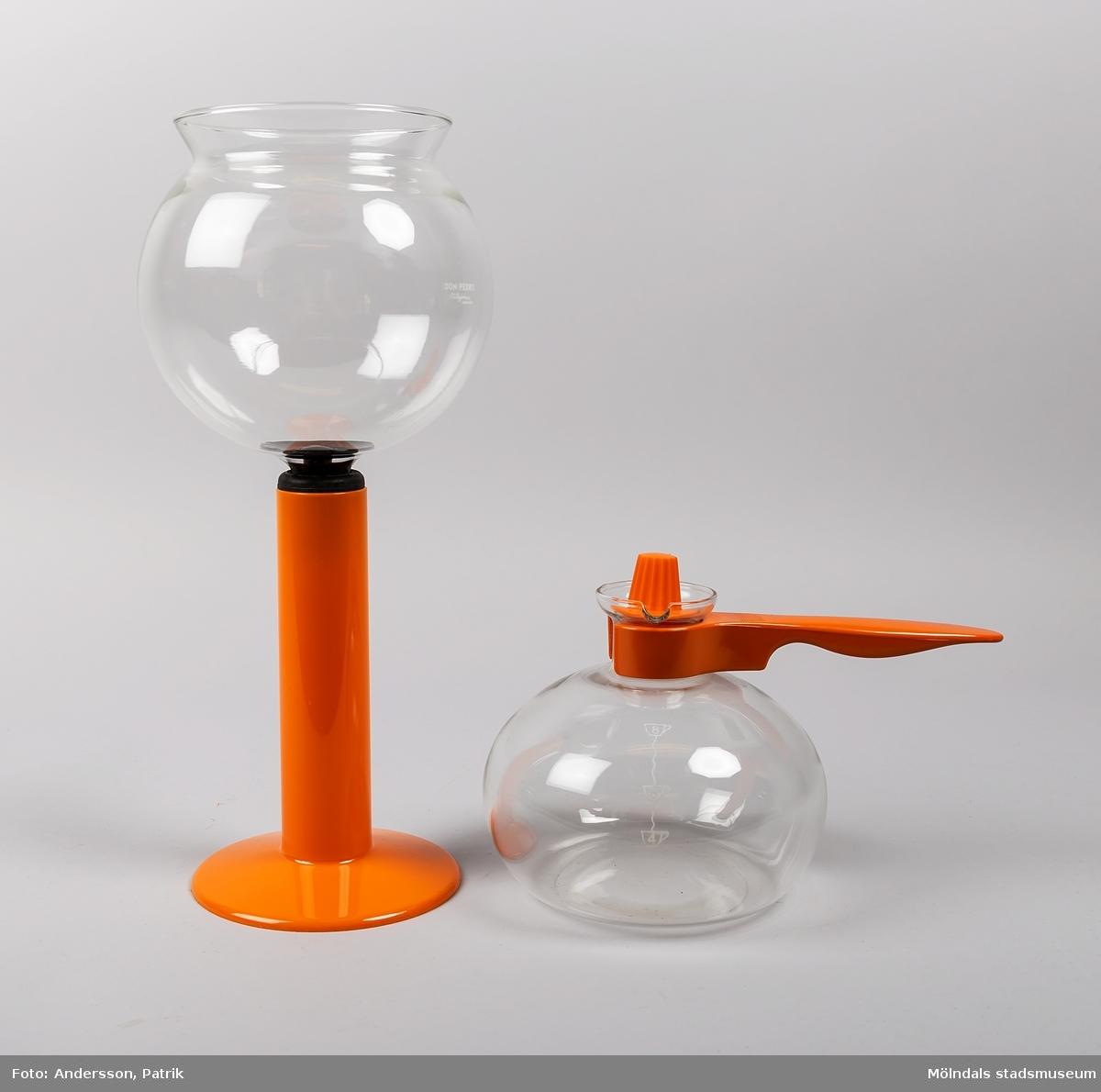 """Kaffebryggare av vakuummodell, som i Sverige går under benämningen """"Don Pedro"""".   Bryggaren består av två glaskärl. Det första är en rund kanna med orange handtag. Till kannan hör även ett orange lock, som kan användas efter att kaffet är färdigt, för att hålla det varmt.   Det andra är en rund skål med ett rör i botten. Runt röret sitter en svart gummiring. I botten på skålen (i mynningen på röret) sitter ett filter i metall. Till skålen med röret medföljer en orange ställning att placera den i, när bryggaren inte används.   För att brygga kaffe i en vakuumbryggare, så spänner man fast ett kaffefilter av metall i botten på skålen med röret. Därefter placeras skålen, med röret nedåt, ovanpå kannan. Vid bryggning tillsätts kaffepulver i den övre skålen och vatten i kannan.   Bryggaren ställs sedan direkt på en spisplatta. När vattnet kokar, bildas ett övertryck i kannan och vattnet trycks upp till skålen där det blandas med det malda kaffet. När bryggaren avlägsnas från värmekällan, kyls kannan av, varvid ett undertryck uppstår. Kaffet sugs då genom filtret tillbaka till kannan.   Glaskärlen är ömtåliga och går lätt sönder när det ska diskas.  På 1840-talet tog fransyskan Marie Fanny Amlene Massot i Lyon patent på denna bryggmetod, men under namnet Madame Vassieux.  År 1959 lanserades Don Pedro i Sverige som """"Nilsjohan Don Pedro""""."""