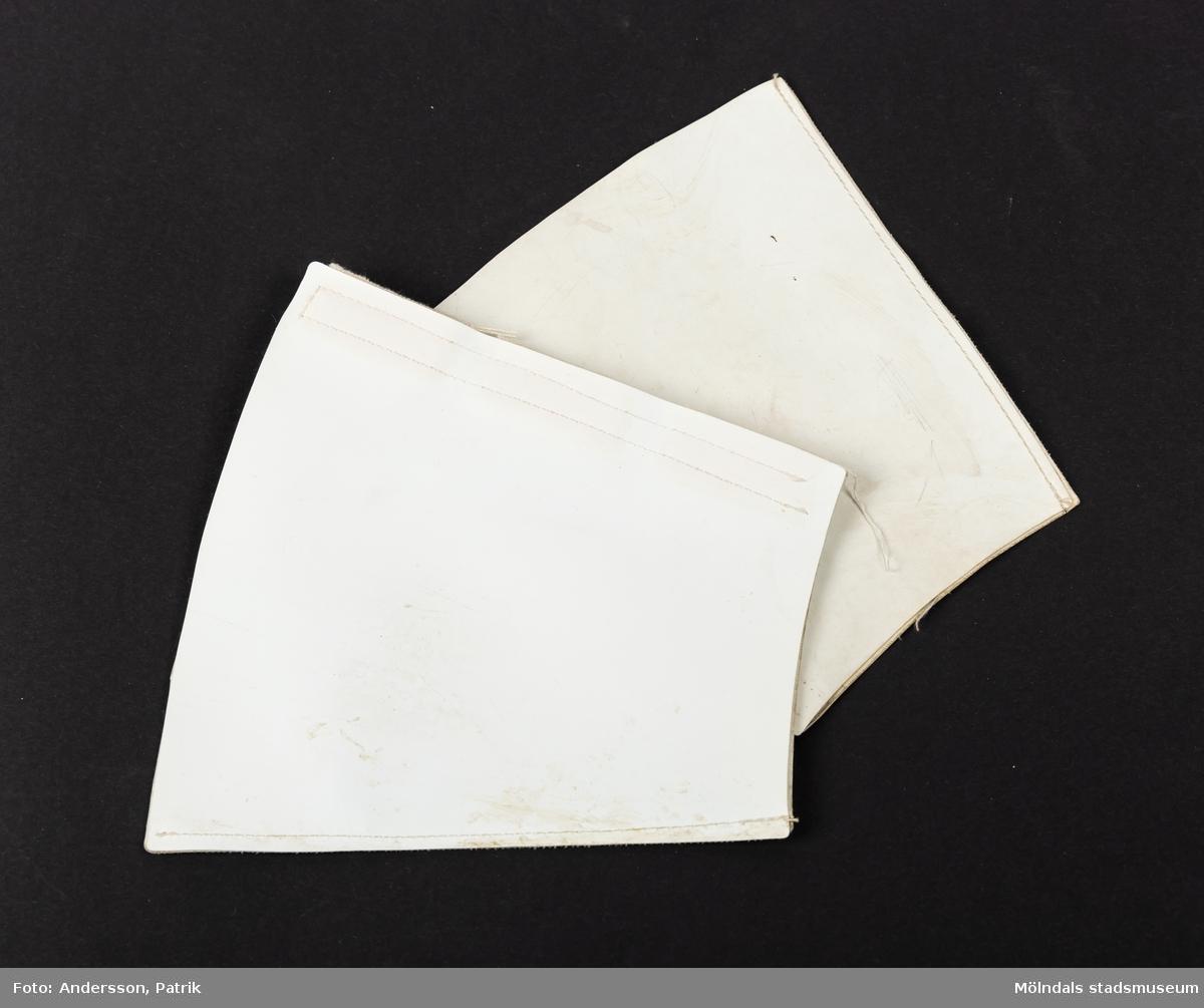 1 par vita manschetter med tillhörande vitt reflexkoppel utgivna av Trafiksäkerhetsverket på 1970-talet.