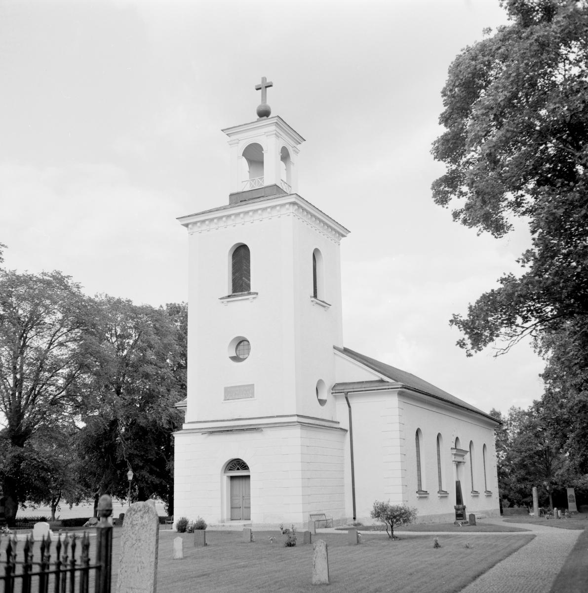 Den nya kyrkan i Vallerstad kunde invigas den 1 december 1833. Byggnadens uppfördes på grunden av en äldre, tidigmedeltida kyrka. I Vallerstad valde man det lite udda greppet att anläggna den nya kyrkans grund runt den äldre kyrkobyggnaden innan den vidare revs. På så vis blev störningen av sockenbornas kyrkogång förkortad i tid . Vallerstad kyrka var den blivande storbyggmästaren Abraham Nyströms första kyrkobyggnad att ansvara för. Här dokumenterad av Östergötlands museum 1978.