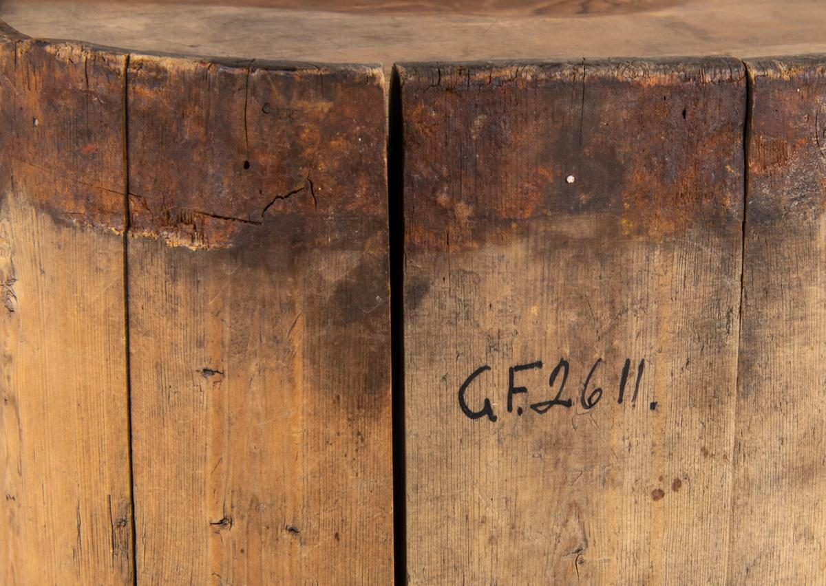 Drickskanna av trä, järnband omålad märkt OAS. Lappkort: Mjölkflaska av björk, laggad, två järnband, järnhandtag, tappen saknas. Omålad. Märkt OAS.