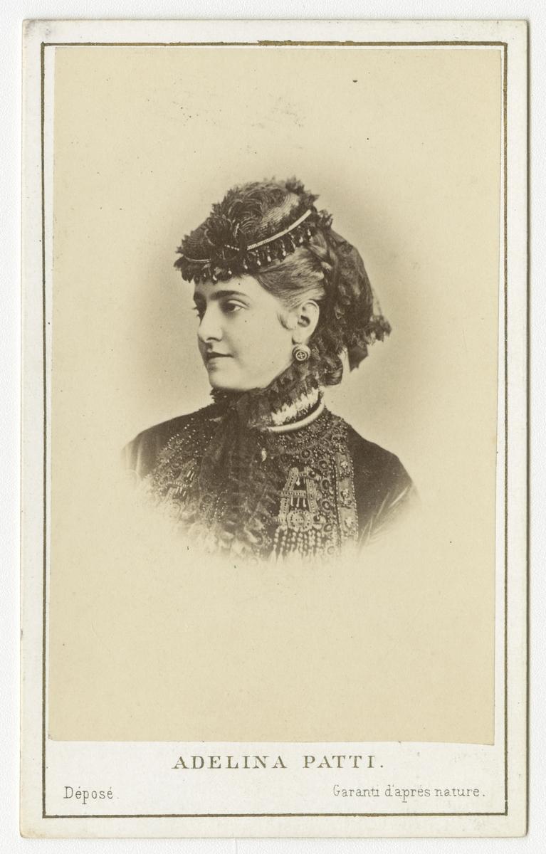 Porträtt av sångerskan Adelina Patti.