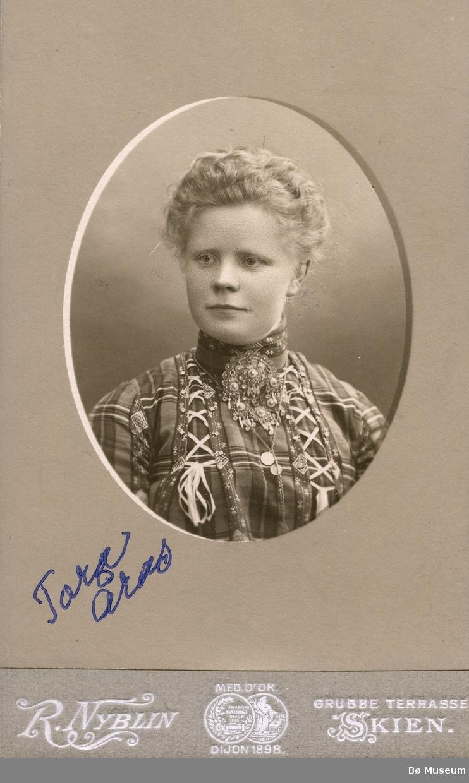 Portrettfoto av Tora Årås, Nes