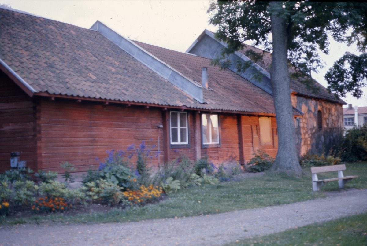 Ett trähus och ett stenhus i Olof Ahllöfs park.  Stenhuset kallas St Karins kapell.