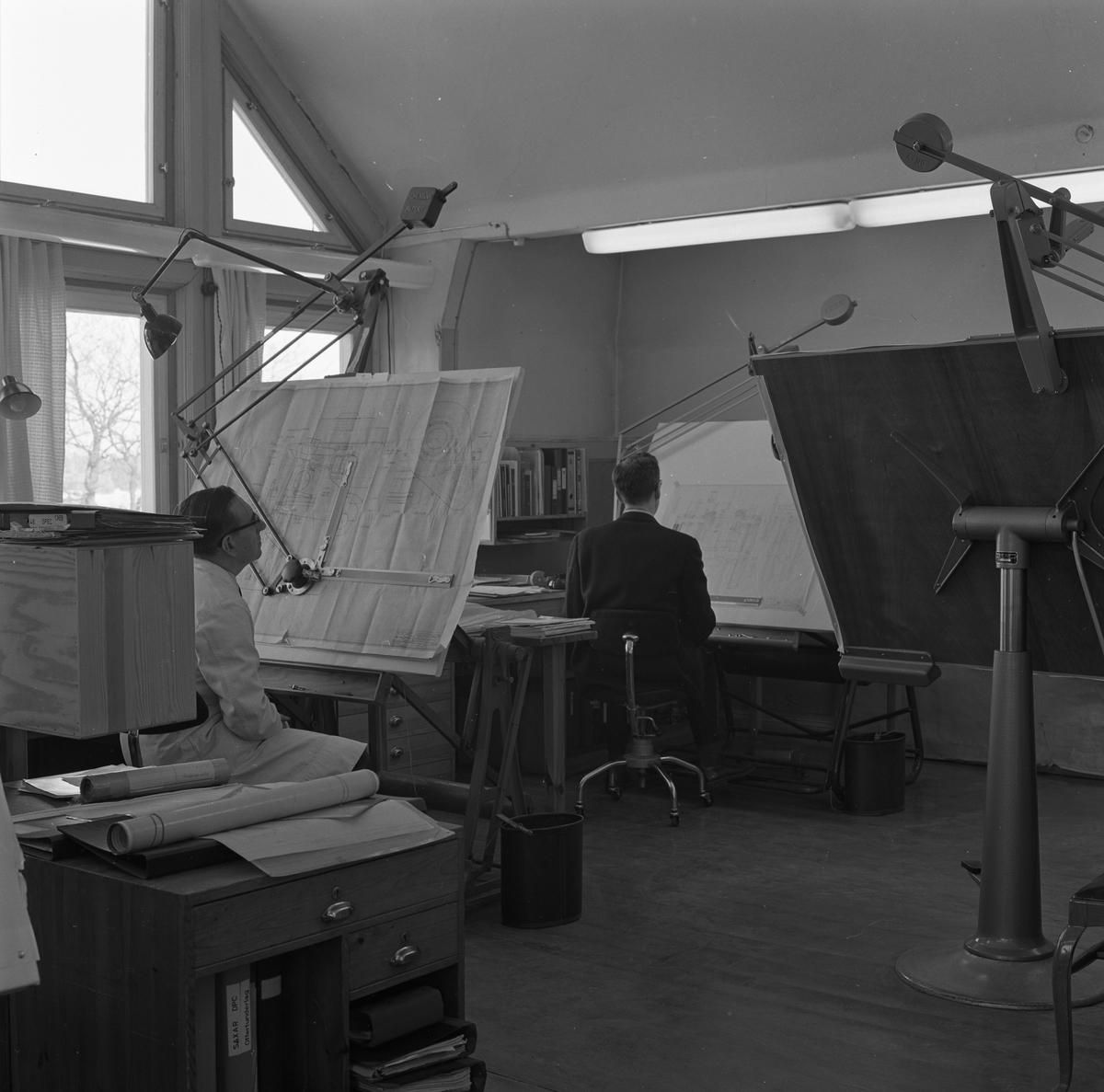 """Ritkontoret på """"Meken"""", Arboga Mekaniska Verkstad. Närmast kameran sitter ingenjör Georg Esch och längst bort sitter Rune Arlej. Interiörbild från kontorsmiljö."""