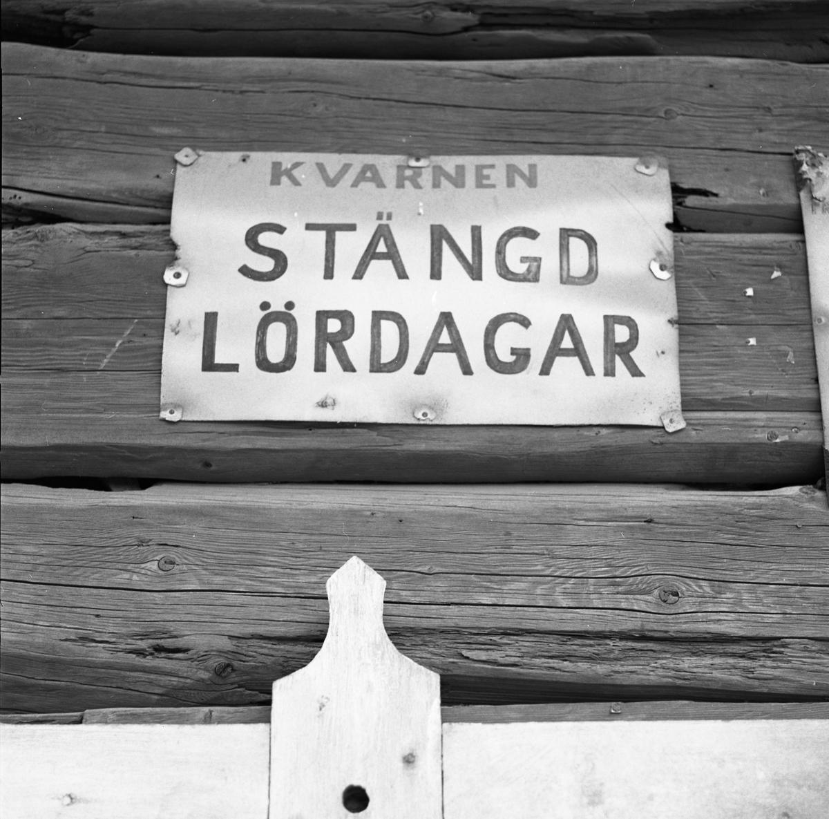 """Arboga Kvarn och Maltfabrik, exteriör. En skylt sitter på träväggen. Texten lyder """"Kvarnen stängd lördagar"""". Men den är inte bara stängd på lördagar, verksamheten är nedlagd. Det som kom att bli Arboga Kvarn och Maltfabrik anlades 1821 av Jonas Örström. Kvarnrörelsen startade 1915. Vetemjöl av märket Guldsnö producerades här.  Kvarnrörelsen upphörde 1967 medan maltproduktionen fortsatte till 1972. Läs om Arboga Kvarn och Maltfabrik: Hembygdsföreningen Arboga Minnes årsböcker från 1979 och 1999 Reinhold Carlssons bok Arboga objektivt sett"""