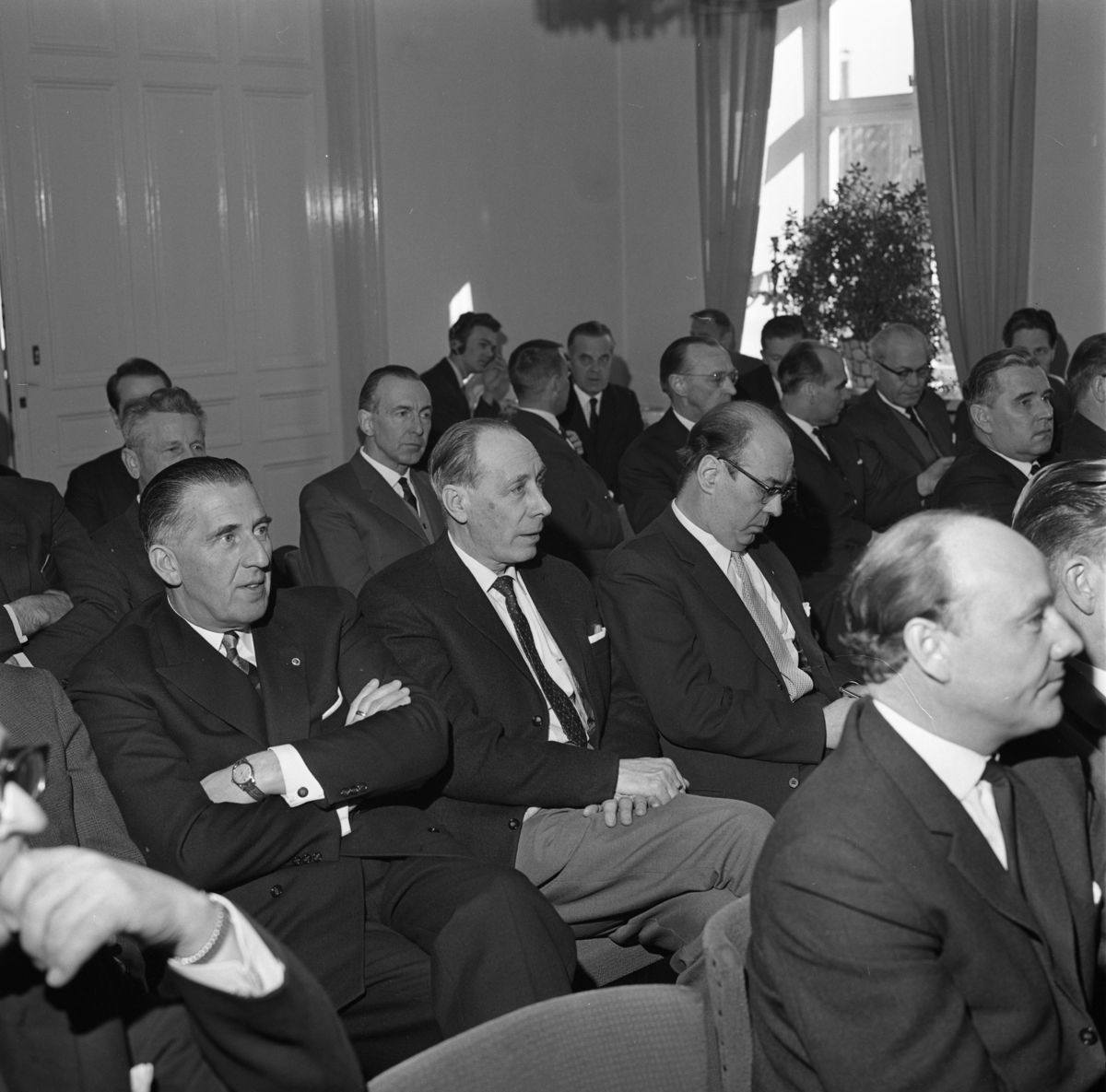Företagarkonferens i Stadskällarens festvåning. Deltagare från Arboga och Köping. Läderhandlare Valter Allvin, med armarna i kors. Längst bort i hörnet ses Gustav Danielsson. Nils Brodin ses till höger i bild.