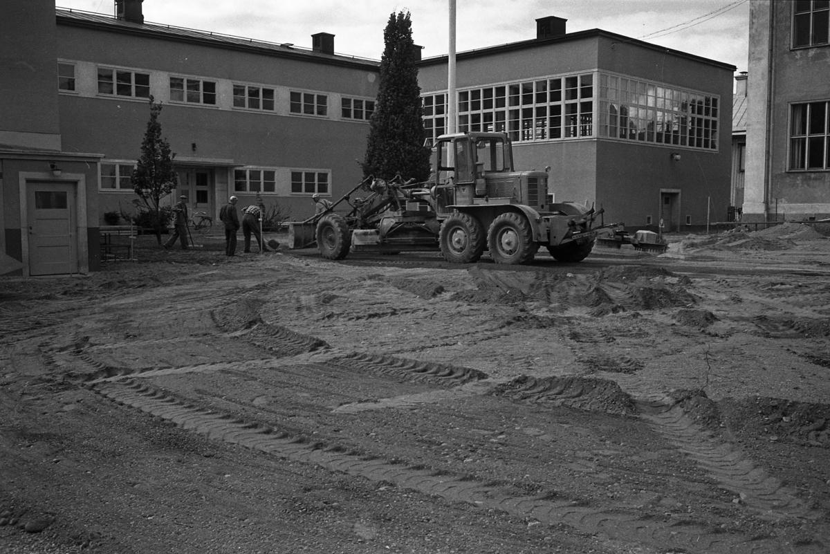 Asfaltering av gården vid Engelbrektskolan. Byggnaden med alla fönster, är gymnastiksalen.