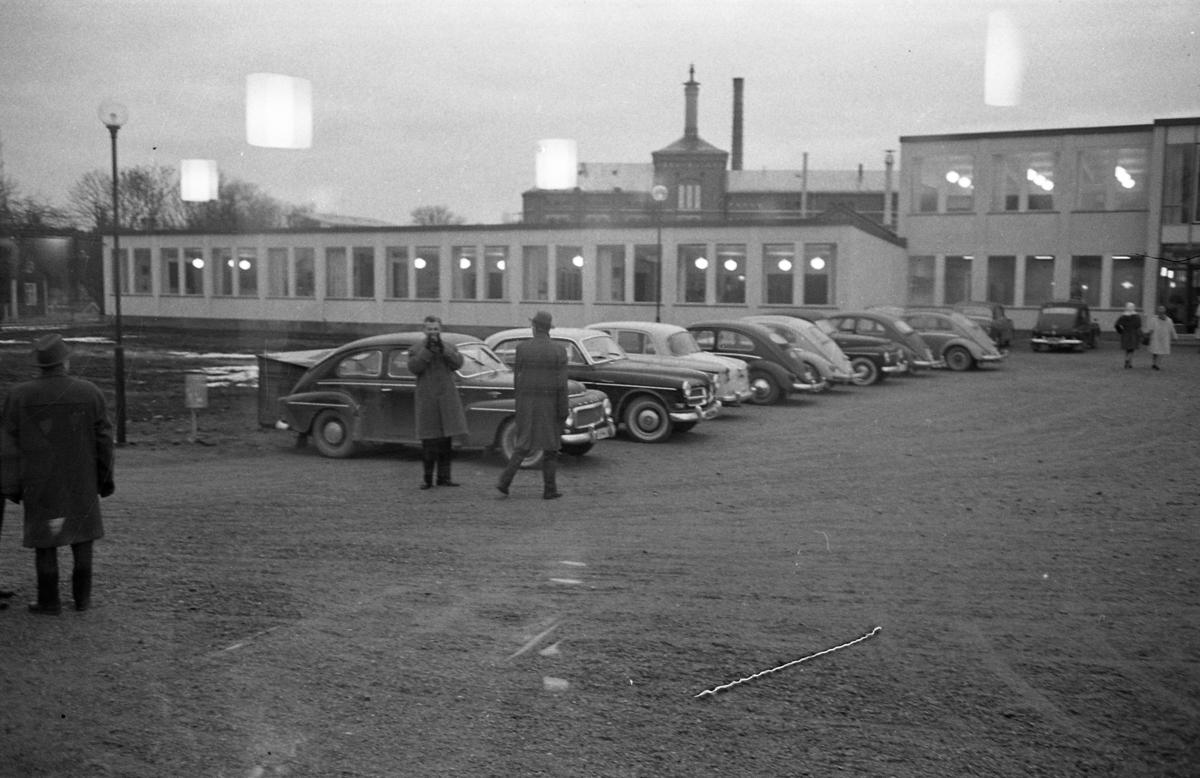 Stureskolan ska invigas. Det lyser i fönstren. Bilar och människor på skolgården. Byggnaden i bakgrunden är Arboga Bryggeri.