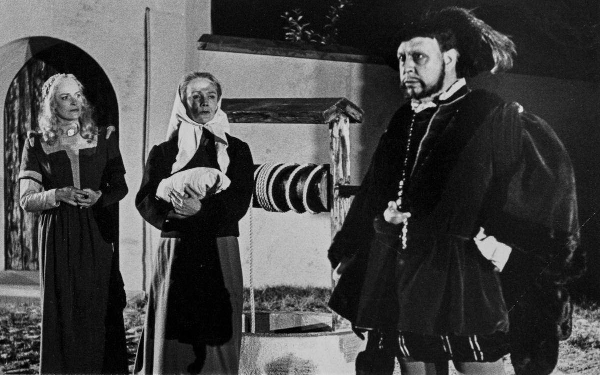 """Rune Lindström i rollen som Engelbrekt Gertsson i föreställningen Giv oss fred. Kvinnorna är inte identifierade. """"Giv oss fred"""", även kallat """"Arbogaspelet"""", är ett teaterstycke skrivet av Rune Lindström 1961. Handlingen, som är inspirerad av Arbogas klosterhistoria, är förlagt till början av 1500-talet. Uruppförandet skedde den 11 augusti 1962 och Rune Lindström spelade Engelbrekt Gertsson. Lions Club i Arboga stod för arrangemanget. Föreställningarna regnade bort och det blev ett stort ekonomiskt bakslag för föreningen. Spelet har framförts igen; 1987, 1988, 2012 och 2015 av medlemmar i """"Bygdespelets Vänner""""."""