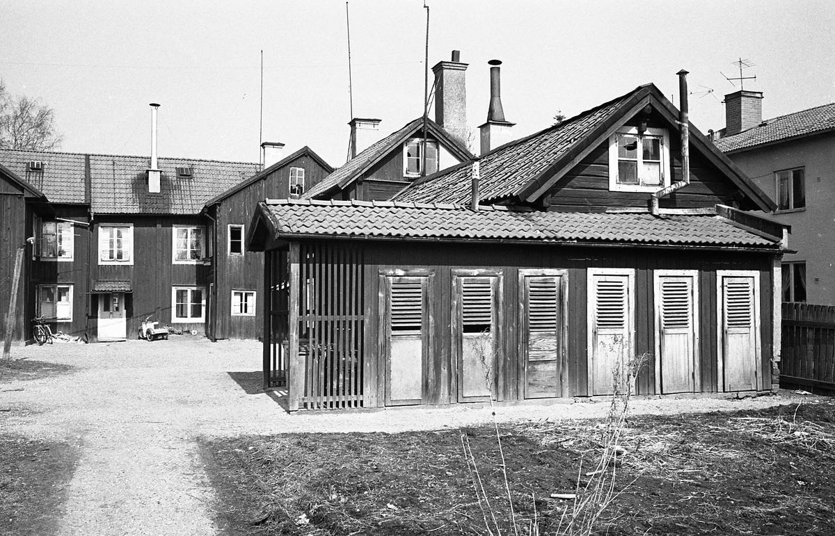 Äldre bebyggelse. Bostadshus i två våningar, trä. Utedass på gården.  Fotografens anteckning: Dokumentation av fastigheter i kvarteren söder och norr om ån. Bilder och beskrivning finns på Arboga Museum.