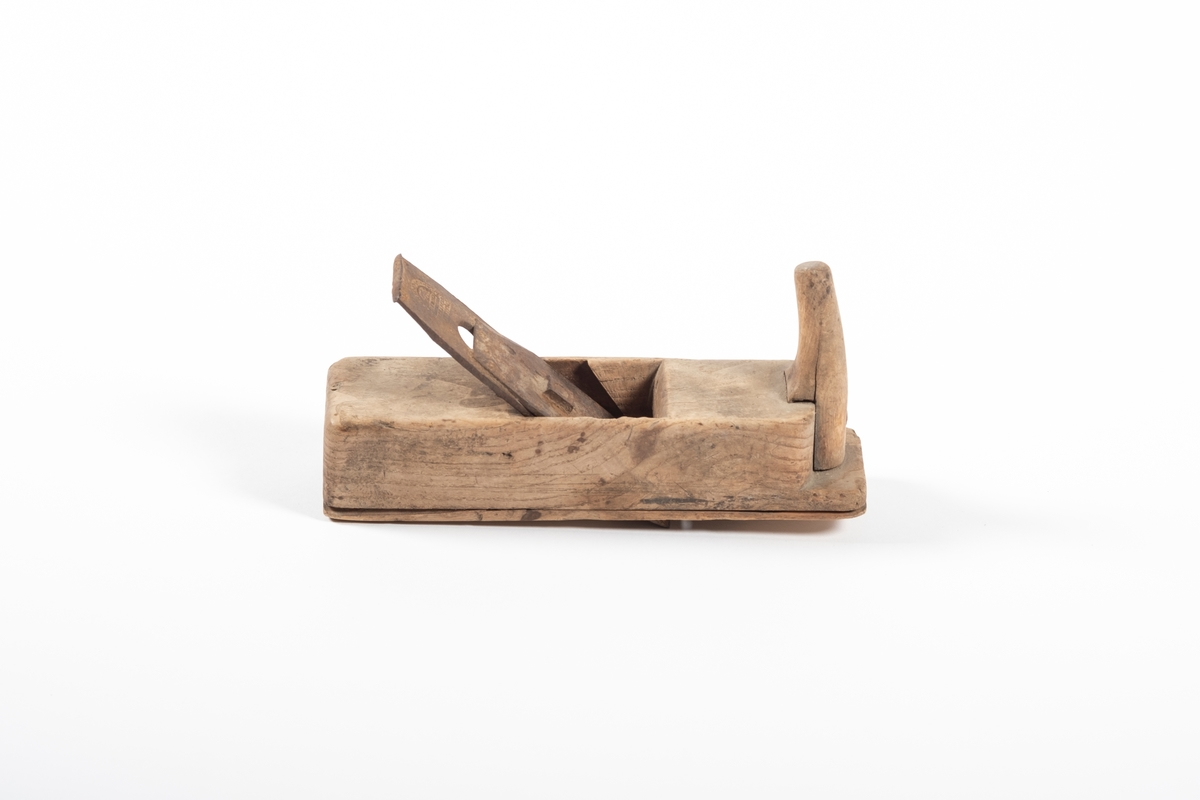 Høvelstokken er satt sammen av et tykt trestykke og en tynn fjøl som danner undersiden. Foran på høvelstokken er det et håndtak, formet som et horn. Håndtaket er festet med en skrue. Høvelen har et høveljern, men trekilen som skal holde jernet på plass i høvelstokken mangler. Høveljernet består av to jernstykker satt mot hverandre med en skrue gjennom en spalte. Skruen gjør at man kan regulere det ene jernstykket opp og ned.