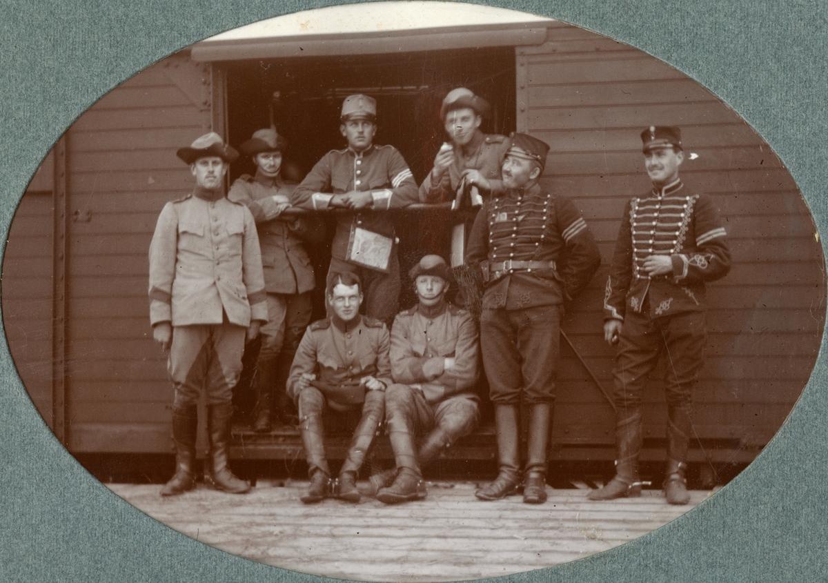 Soldater från Kronprinsens husarregemente K 7 framför en tågvagn