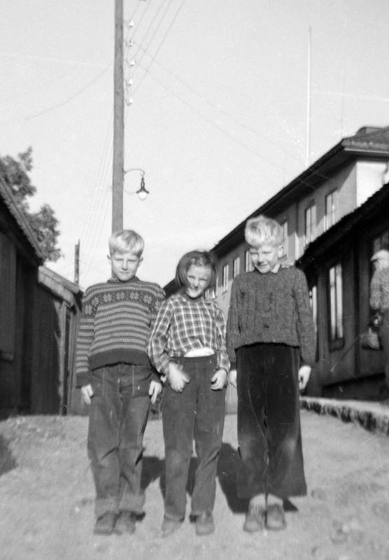Her er vennegjengen Roger, Turid og Kent øverst i Langleiken 13. Denne vennegjengen ble ofte sett på som en enhet. Disse tre har opplevd mange ting sammen som nå er minner fra en tid da ansvar og alvor ikke fantes. Disse tre kan godt være symbolet på enighet og kameratskap. (Foto/Photo)