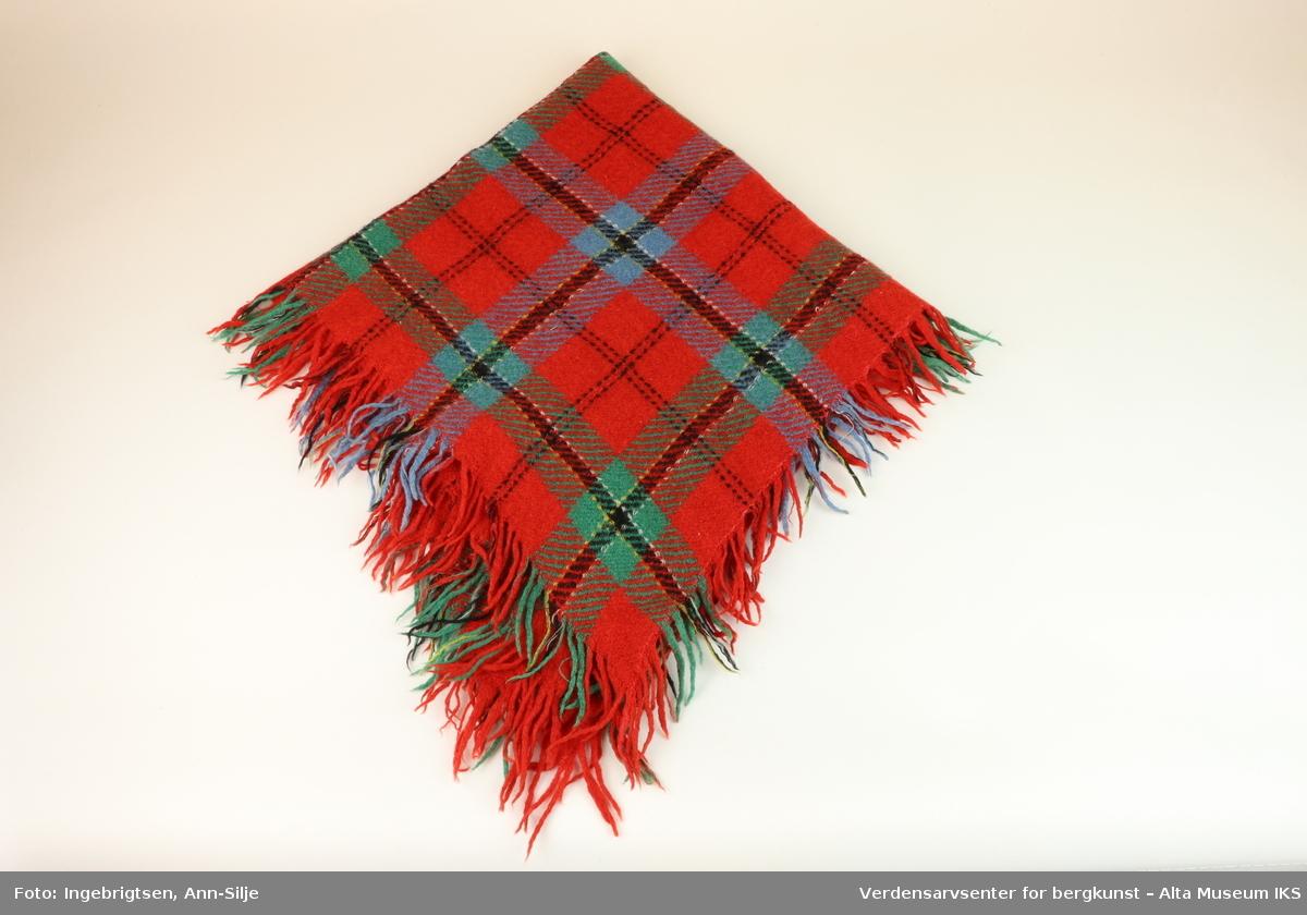 ca11570e ... Verdensarvsenter for bergkunst – Alta Museum IKS. 2 kvadratiske sjal av  ull med rutemønster i forskjellige farger. Primært rødt, grønnt og