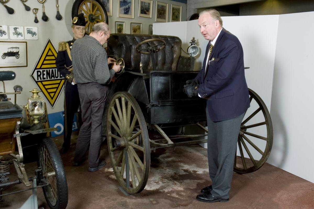 """""""Auto Buggy"""" med höga hjul som byggdes för att användas på sämre vägar i USA. Bilen har kaross av trä som liknar samtida hästvagnars och är avsedd för fyra passagerare eller två och 500 kg last. Hjuldiameter fram: 1,1 m, bak: 1,2 m med 3 cm breda massiva gummiringar. Bilen har 3 st. bromsar, varav en för fastlåsning av drivhjulet.  Tvåcylindrig luftkyld fyrtakts boxermotor Effekt 14 hk Två växlar samt backväxel Högsta fart 30 km/timmen Lastar 500 kg"""