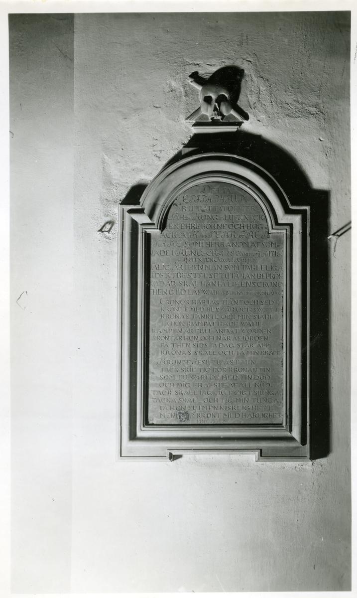 Kung Karl sn, Kungsör. Epitafium i Kung Karls kyrka.