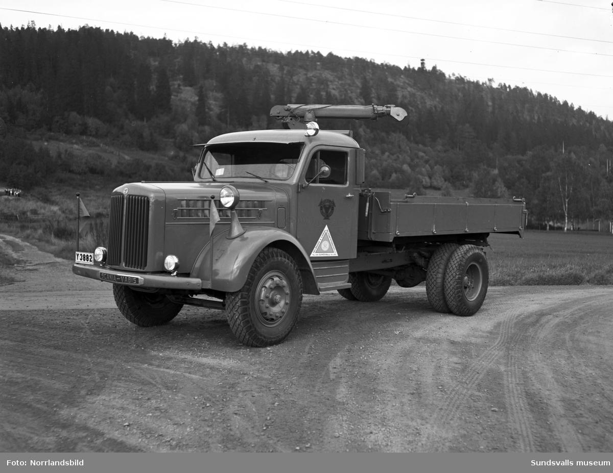 Selånger & Lidens Bilfraktförenings nya lastbil med kran, fotograferad vid Västhagen. På Norra berget bakom syns det gamla utkikstornet.