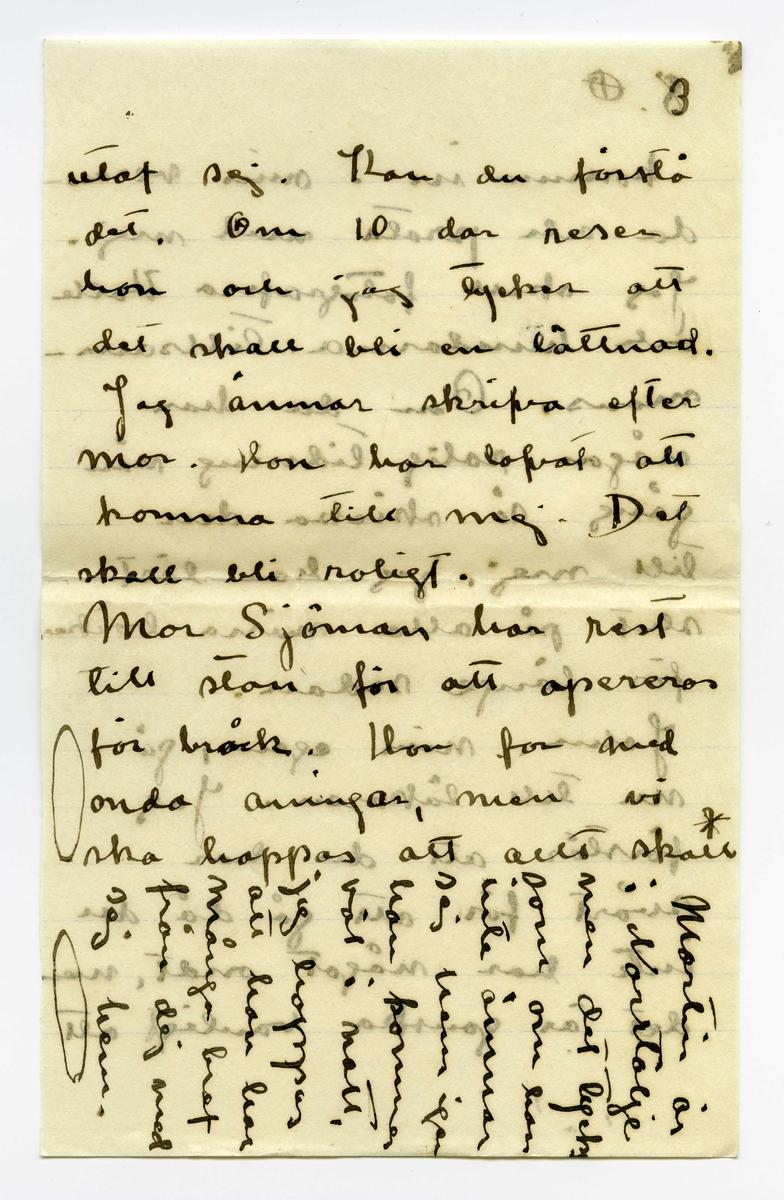 Brev 1909-07-03 från Ester Bauer till John Bauer, bestående av tio sidor skrivna på fram- och baksidan av fyra pappersark, ett utav dem vikt. Huvudsaklig skrift handskriven med svart bläck.   BREVAVSKRIFT: . [Sida 1] [Längst upp skrivet på tvärs och över brevets inledning: Jag fick bud nu att Andersson seglar  till Furusund i morgon  och så får du nu detta brefvet. Jag tänkte skrif vit ett roligare men det får vara. Kl. är 11 Tack för foto. Jag  har kysst dej. Du har blifvit fet. Ja du Venedig var vacker men jag är glad öfver  att vara här. Jag simmar bland ejderungar. God  natt. [inritat två liggande ovaler] ] . Vidinge 3/7 09 Käre min John Spink och Gruffan och jag må utmärkt, hur mår du? Har du varit hos läkaren?? De (hundarna) börja trifvas bra i sin hundgård, men nog bli de glada när någon kom- mer och hälsar på. I dag har jag fotograferat dem. Jag ska skrifva till Stockhlm efter to-b-d[?] . [Sida 2] 2. så ska du få deras foto. Selma är ju här nu men hennes sällskap har jag då inget nöje af, det kan gå hela dagar utan att hon säjer ett ord. Hon har blifvit konstigare nu än hon var förr. Hon törs knappast bada, för hon är så rädd att någon kan [inskrivet: få samt inritat streck] se henne, det är [överstruket: värre] prisist som om hon gjorde något ondt med att bada eller rättare, med att klä . [Sida 3] 3 utaf sej. Kan du förstå det. Om 10 dar reser hon och jag tycker att det ska bli en lättnad. Jag ämnar skrifva efter mor. Hon har lofvat att  komma till mej. Det skall bli roligt. Mor Sjöman har rest till stan för att opereras för bråck. Hon for med onda aningar, men vi  ska hoppas att allt skall [inritat kryss ovanför ordet skall] [Längst ner på sidan text skriven på tvären: Martin är i Norrtälje men det tycks som om han inte ämnar sej hem igen han kommer väl i natt, jag hoppas att han har många bref från dej med sej hem. [inritat två liggande ovaler] . [Sida 4] 4 [inritat kryss] gå bra. Sen skall Sjöman resa till Enköpingsdoktorn tycker du inte att det är först