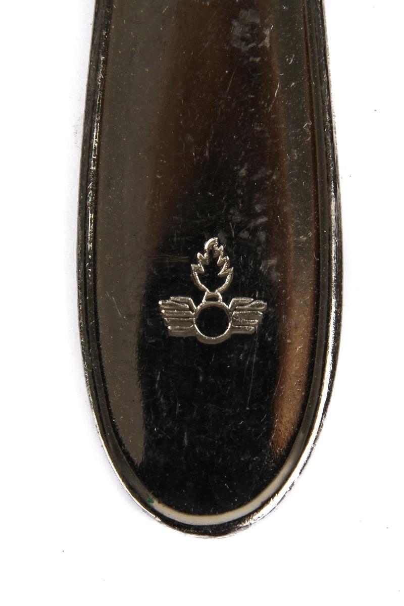 Gaffel med fire tenner og dekorert skaft med motiv fra forsvaret.