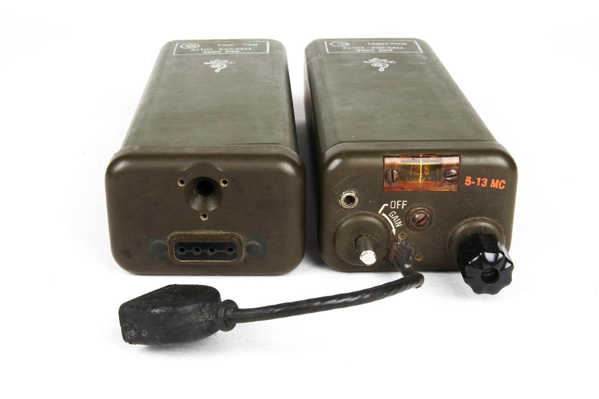 Radio bestående av to deler som kan kobles sammen. Radioen oppbevares i en taske.