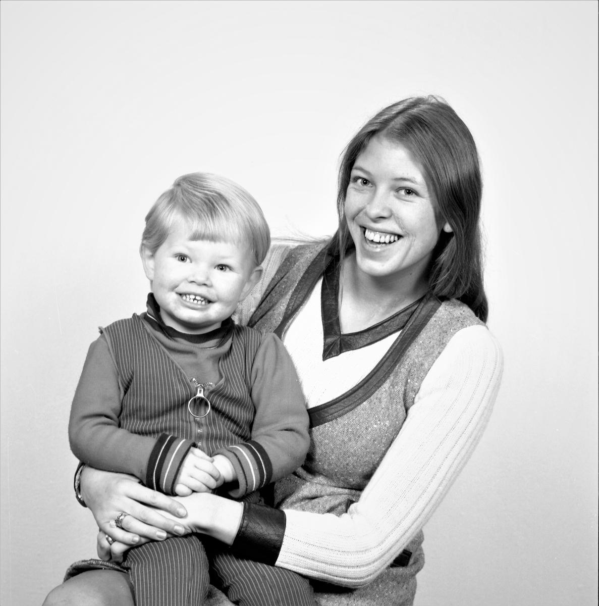 Portrett. Familiegruppe på to. Ung kvinne med ung gutt på fanget. Bestilt av Bente Mæland. Vikebygd.