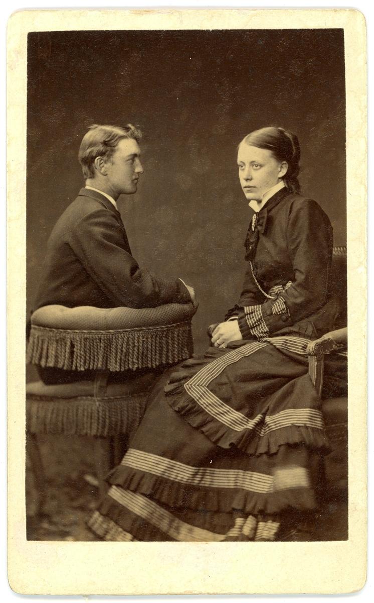 Porträttfotografi av postmästare Philemon Heribert Westerberg, postmästare i Laholm 1914-1923, med sin hustru Elisabet Maria Benedictsson.