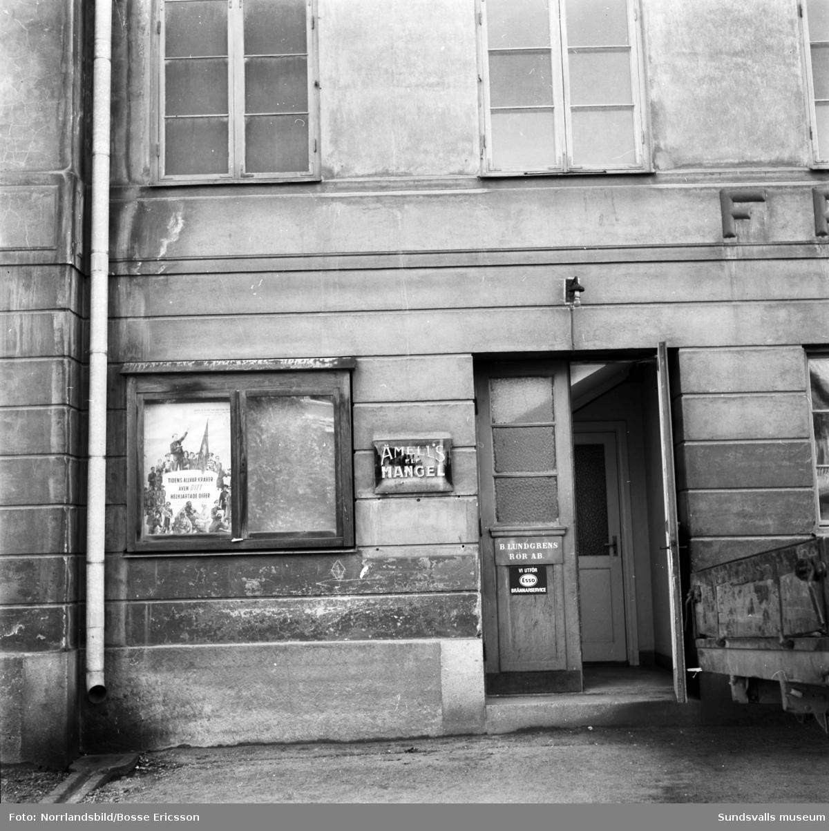 Fasadbilder av Frälsningsarméns hus vid Södra Järnvägsgatan 25. Andra bilden visar ingången till Åmells mangel och Lundgrens rör. (Huset kallas 2019 för Englaporten.)