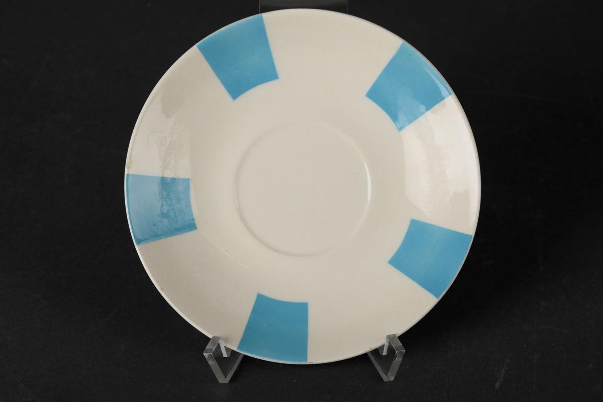 Hvitt tefat dekorert med fem blå firkanter ved kantene.