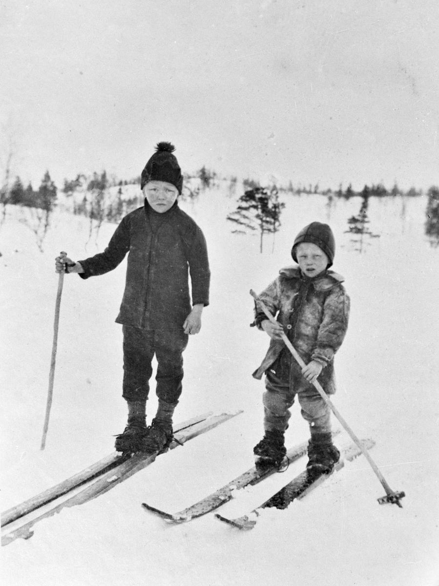 To gutter på ski på fjellet.