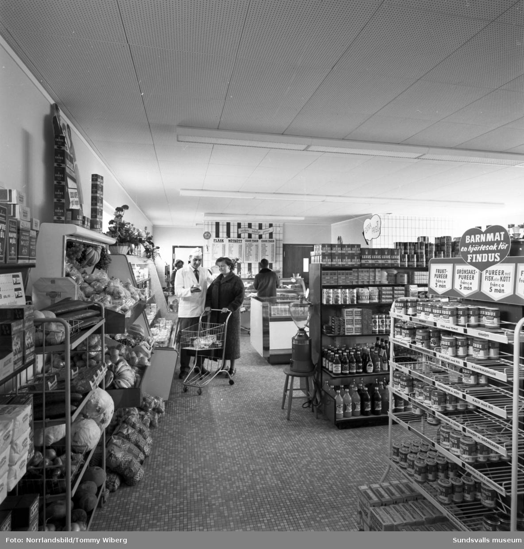 Engbloms Livs vid Tungatan 2 i Sidsjön i nya fräscha lokaler. Rakt fram ses handelsman Mats-Ola Engblom med en av sina kunder, fru Rundy Thunström. Lokalerna har senare hyst en djurklinik och en persiennfabrik (2019). Livsmedelsbutiken flyttade 1975 till granntomten och blev Sidsjöhallen.