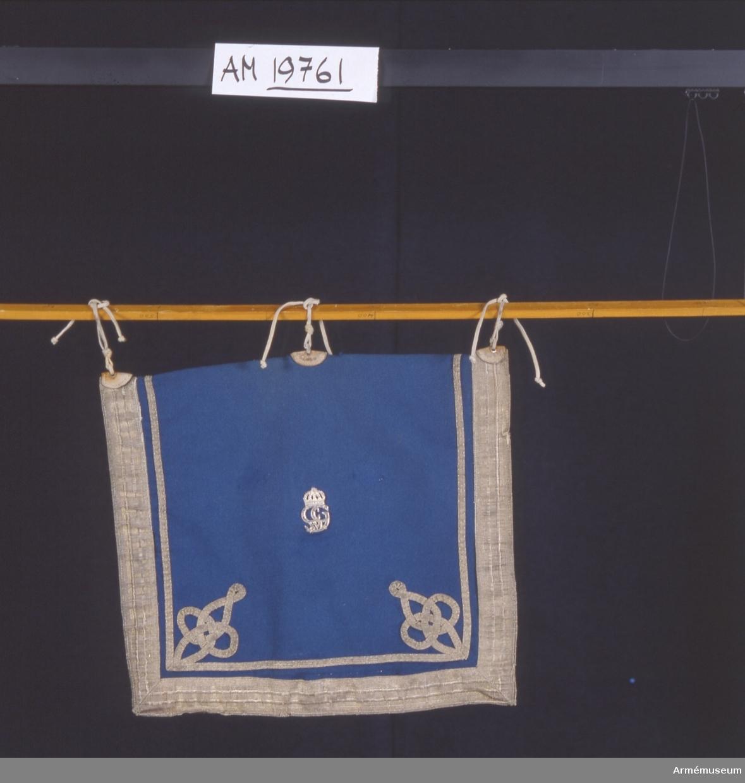 Använd till 1992. Dubbelsidig. Använd tillsammans med flikiga pukfanor (flikiga för att silverpukan skulle synas). Använd tillsammans med Inv 679. Dekor:valknutar i hörnen, dekor på båda sidor.