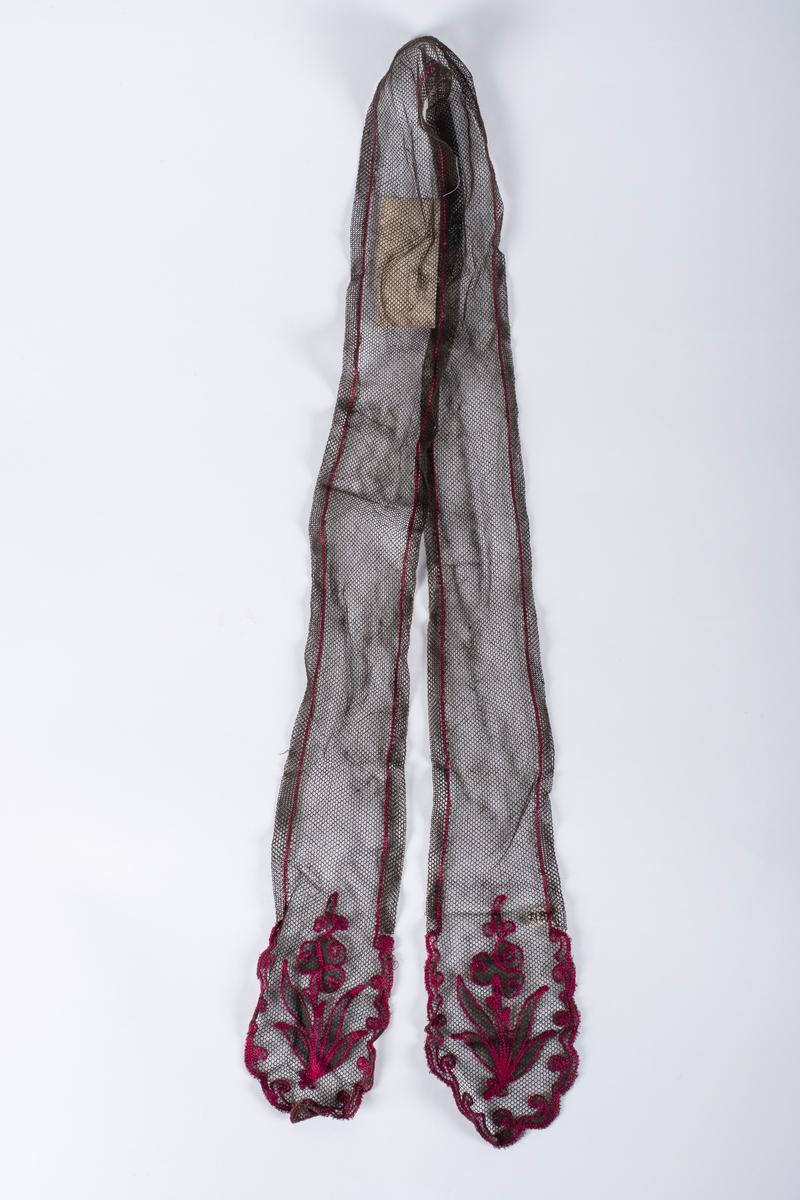 Rektangulært brunt skjerf med rosa tamburert dekor i endene og langs kantene. Hver ende er dekorert med en blomst med stengel og blader, omkranset av en bølgebord. Skjerfet er bredere i hver ende ved dekorasjonene, enn midt på.