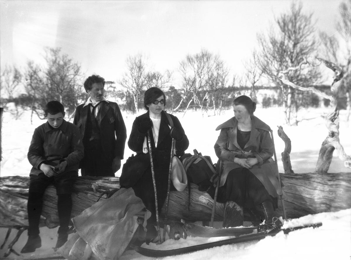 Familie og venner på skitur. Fotografen Karl August berg nr. 2 fra venstre, kona Marit Berg helt til høyre.