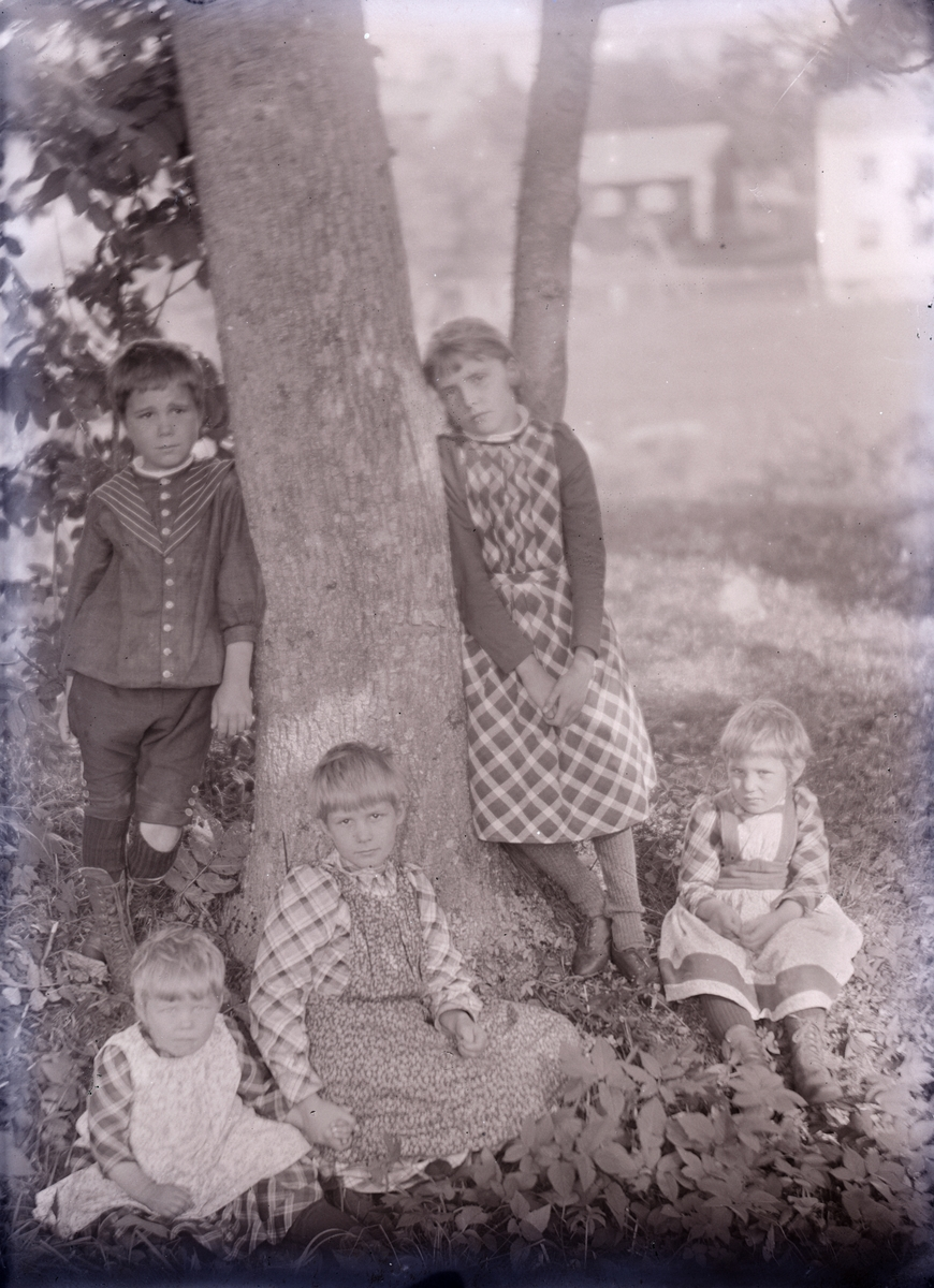 Barnen Holmström: Björn, Karin g. Hallbäck, sittande Anna, Märta g. Carrick och Thyra Holmström.