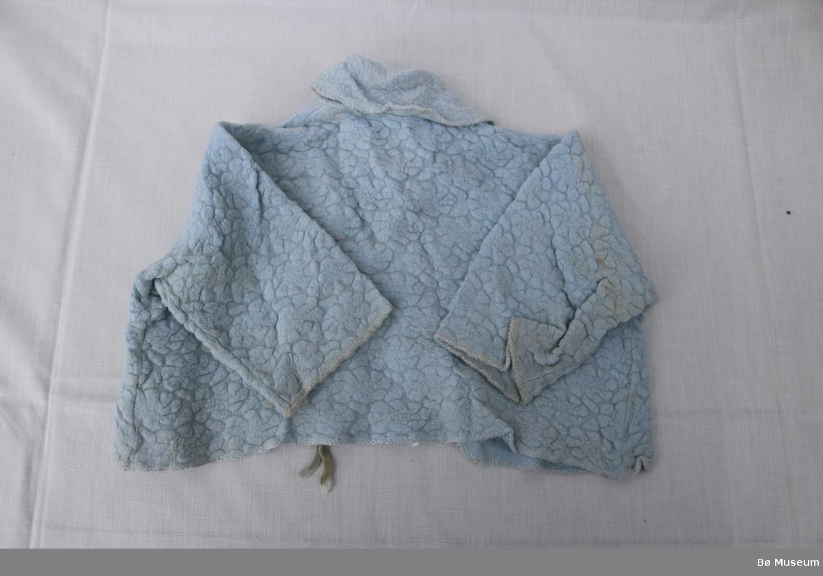 Jakke med krage og silkeband til å knyte i halsen. Sauma motiv på kvar side av kragen som syner ein sommarfugl og blomar.