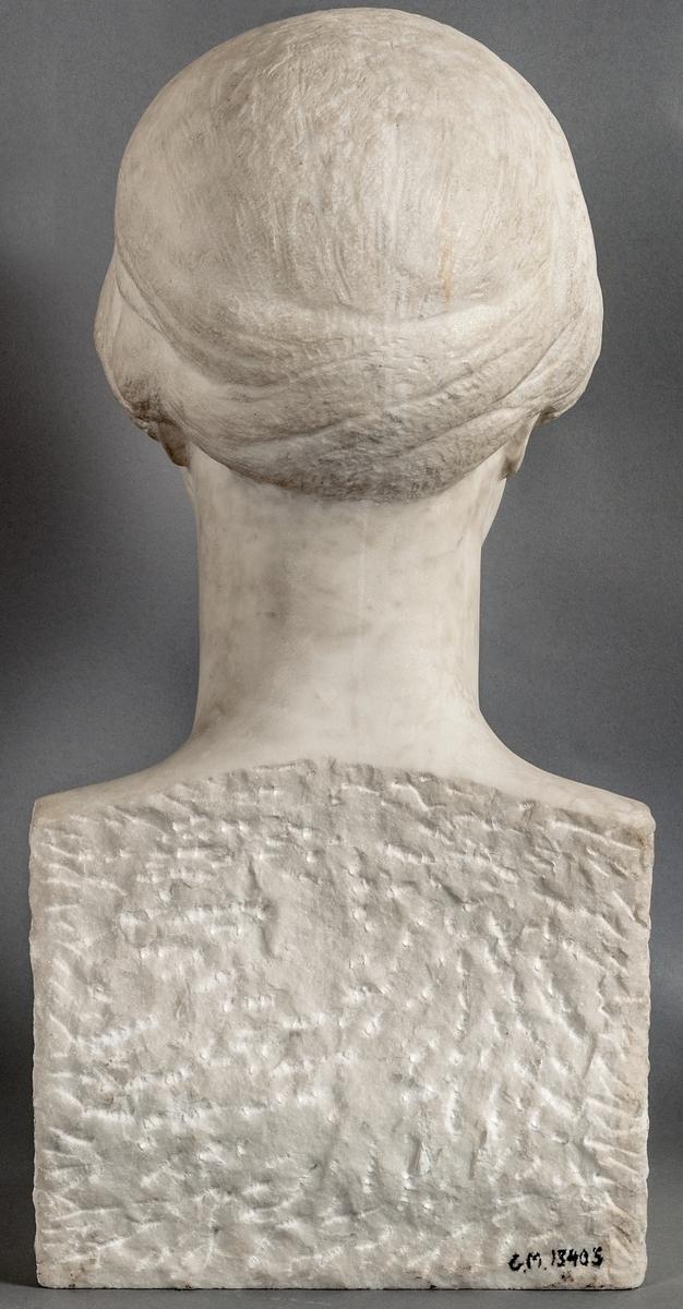 Byst föreställande Ellen Hagen, signerad Anna Palm 1927. Huggen i carraramarmor.