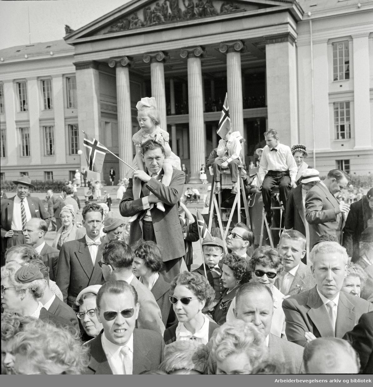 Barnetoget. Tilskuere foran Universitetets midtbygning (Domus Media). 17. mai 1960.