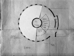 Seks avfotograferte planskisser av låve med silo.