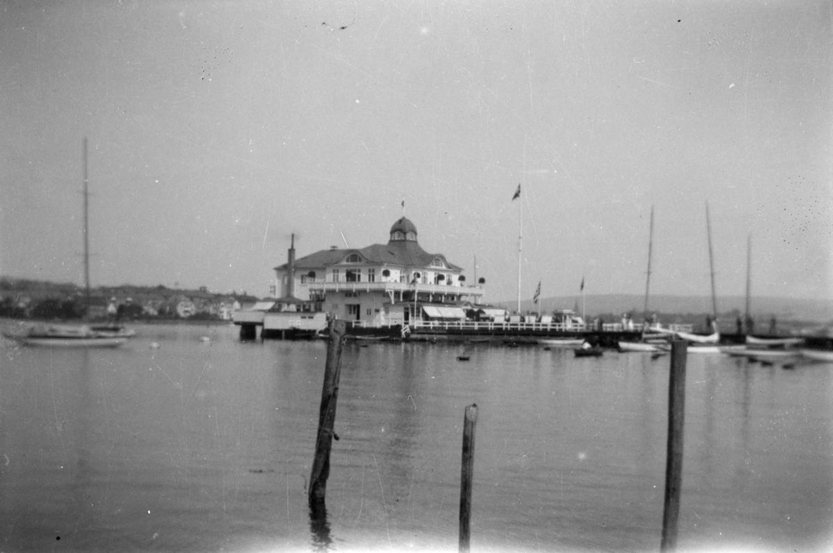 Restaurant på brygge, seilbåter