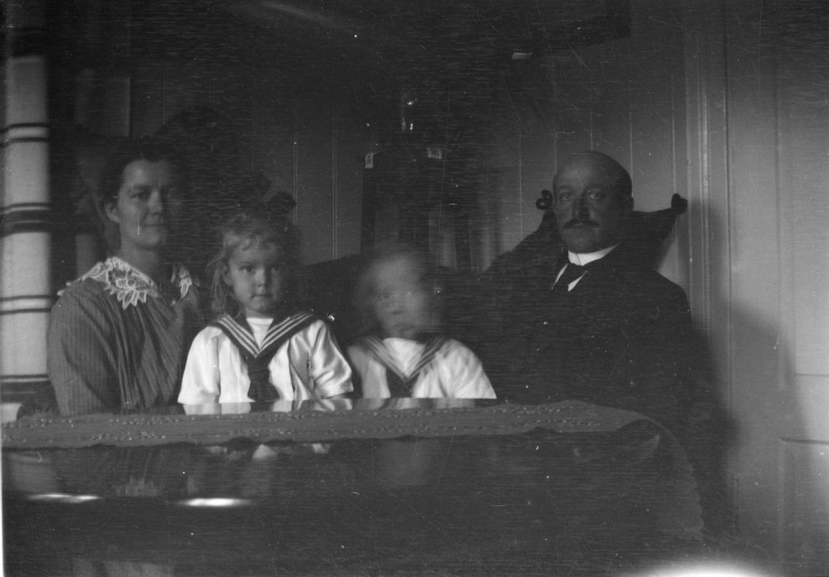 Portrett av ektepar med to barn