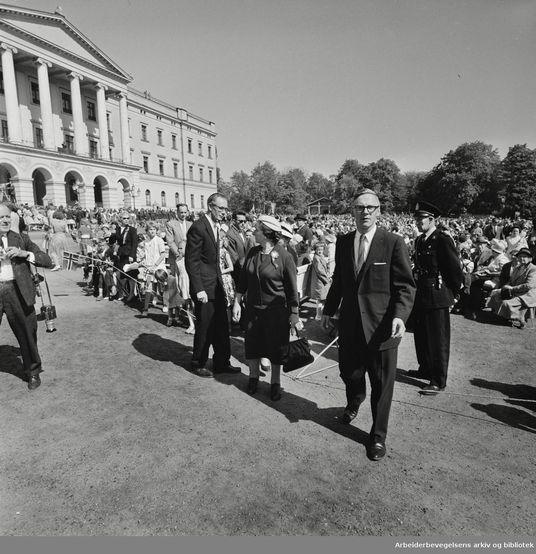 Israels utenriksminister Golda Meir på Slottsplassen, 17. mai 1961.
