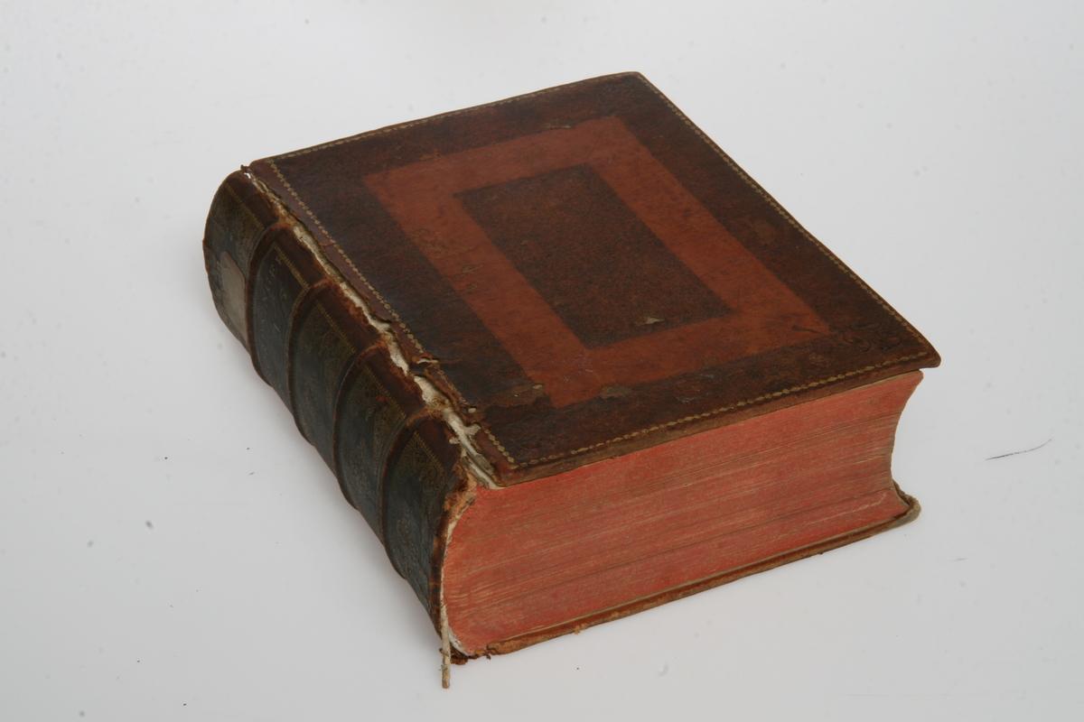 """Innbundet i skinn med gulltrykk. """"Kong Friderich den Femtes allernaadigste Forordninger og Aabne Breve"""" 1758-1765. København u.å."""