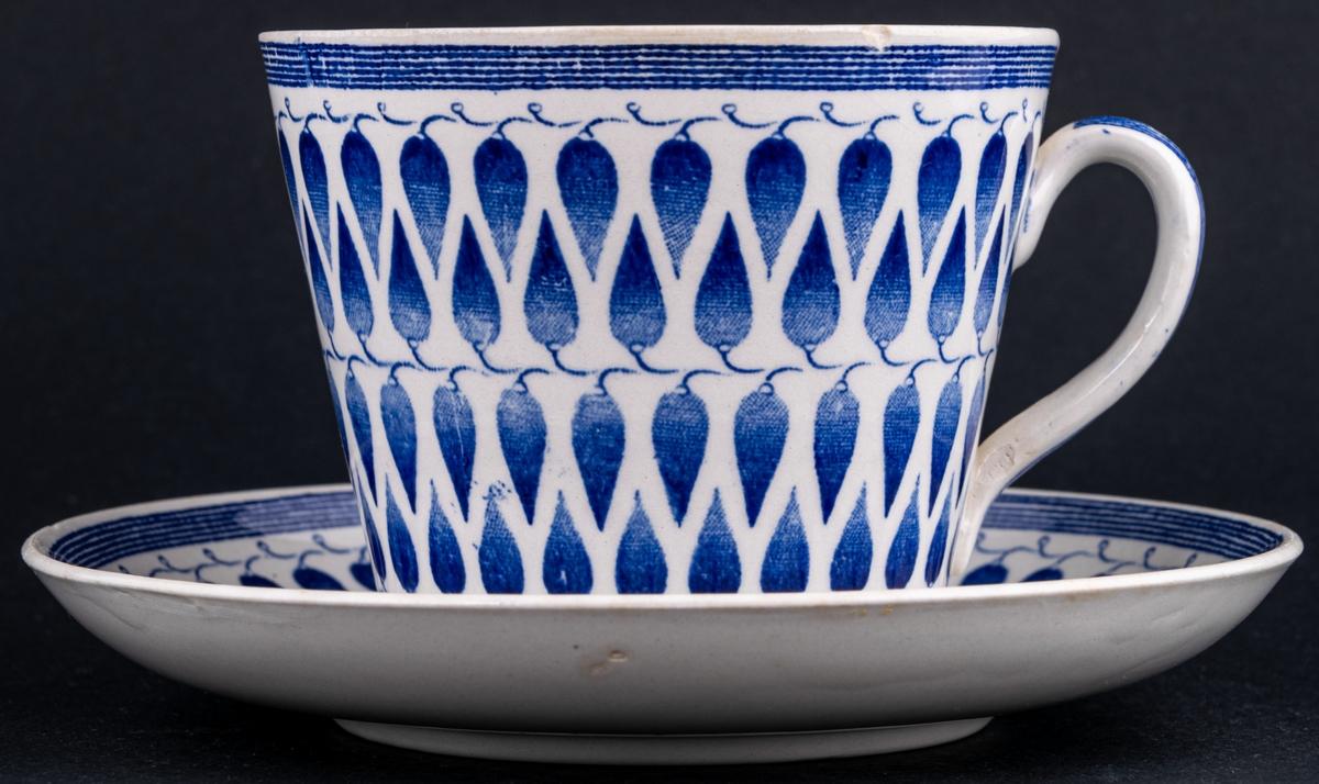 Kaffekopp med fat, i modellen AU och med  dekoren Lillemor, dekoren är ett bladverk i blått.