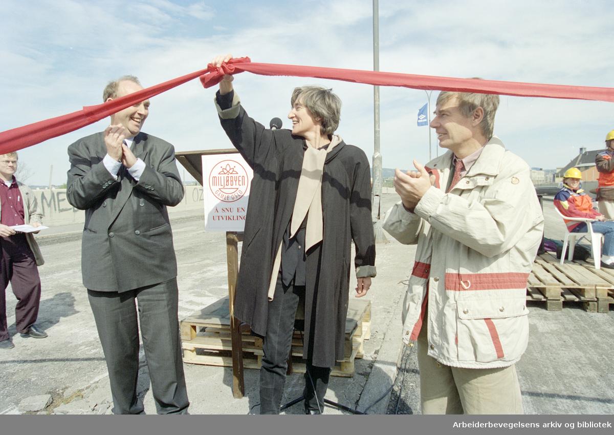 Oslo: Loenga bru. Rivingsarbeidet har startet. I midten, Sissel Rønbeck, til høyre, Rune Gerhardsen. 21. mai 1996