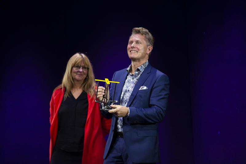 Espen Kongshaug mottok Rockheims ærespris på vegne av sin far som var forhindret fra å delta. Prisen ble overrakt av Rockheims direktør Sissel Guttormsen.  Foto: Leikny Havik Skjærseth (Foto/Photo)