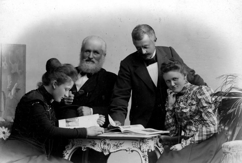 Helge Væringsaasen sammen med sine døtre.