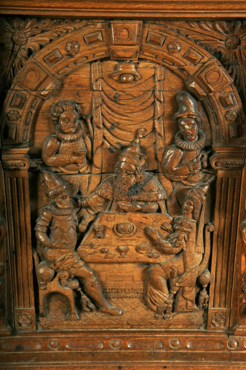 Fire felter med hver sin scene fra Esthers bok. Fortellingen om Esther begynner med at Kong Xerxes ønsker seg en ny dronning, da dronning Vasjti nekter å vise seg frem for hans drukne gjester. Den foreldreløse Esther blir valgt inn i kongens harem og kongen velger den vakre Esther til ny dronning. Esther forteller ikke til kongen at hun er jøde. Haman er en av kongens nærmeste menn og da Esthers onkel Mordecai nekter å bøye seg for Haman bestemmer han seg for å ikke bare drepe Mordecai, men alle jødene i kongeriket. Haman klarer på en slu måte å få med seg kongen på denne planen. Mordecai overbeviser Esther om å appelere til kongen. Å tre inn i kongens nærvær uten invitasjon kunne bety dødsstraff og i første scene avbildet på kisten ser vi en nervøs Esther bøye seg for kongen. Kongen strekker ut gullsepteret, hvilket betyr at kongen ønsket å ta imot henne. Hun fikk ønske seg hva hun vil av kongen og inviterer derfor kongen og Haman på en fest. I andre scene som er avbildet på kistens fremside ser vi Esther sammen med kongen og Haman, i det øyeblikket da Esther forteller kongen om Haman sin sammensvergelse mot jødene og dermed også mot henne selv. Kongen blir rasende og Haman blir hengt, i den samme galgen han selv hadde fått bygget for Mordecai. I scene tre kan vi se Haman i galgen i bakgrunnen, mens vi i forgrunnen ser soldater, den ene til hest. Soldatene symboliserer sannsynligvis jødene, som etter en erklæring fra kongen, nå var i stand til å beskytte seg selv. Den dagen Haman hadde bestemt at jødene skulle henrettes, vant de en stor seier over sine fiender og dagen etter ble en festdag, som fortsatt feires av dagens jøder som purimfesten. Mordecai var fra nå av nest etter kongen i makt og høyt æret blant jødene og alle sine landsmenn. Den siste scenen viser kongen sittende på tronen med en hund ved føttene, ved siden av står en mann med en bok og en mann står bak en mur. Mannen på tronen peker på mannen bak muren med septeret. Dette kan være ment å symbolisere 