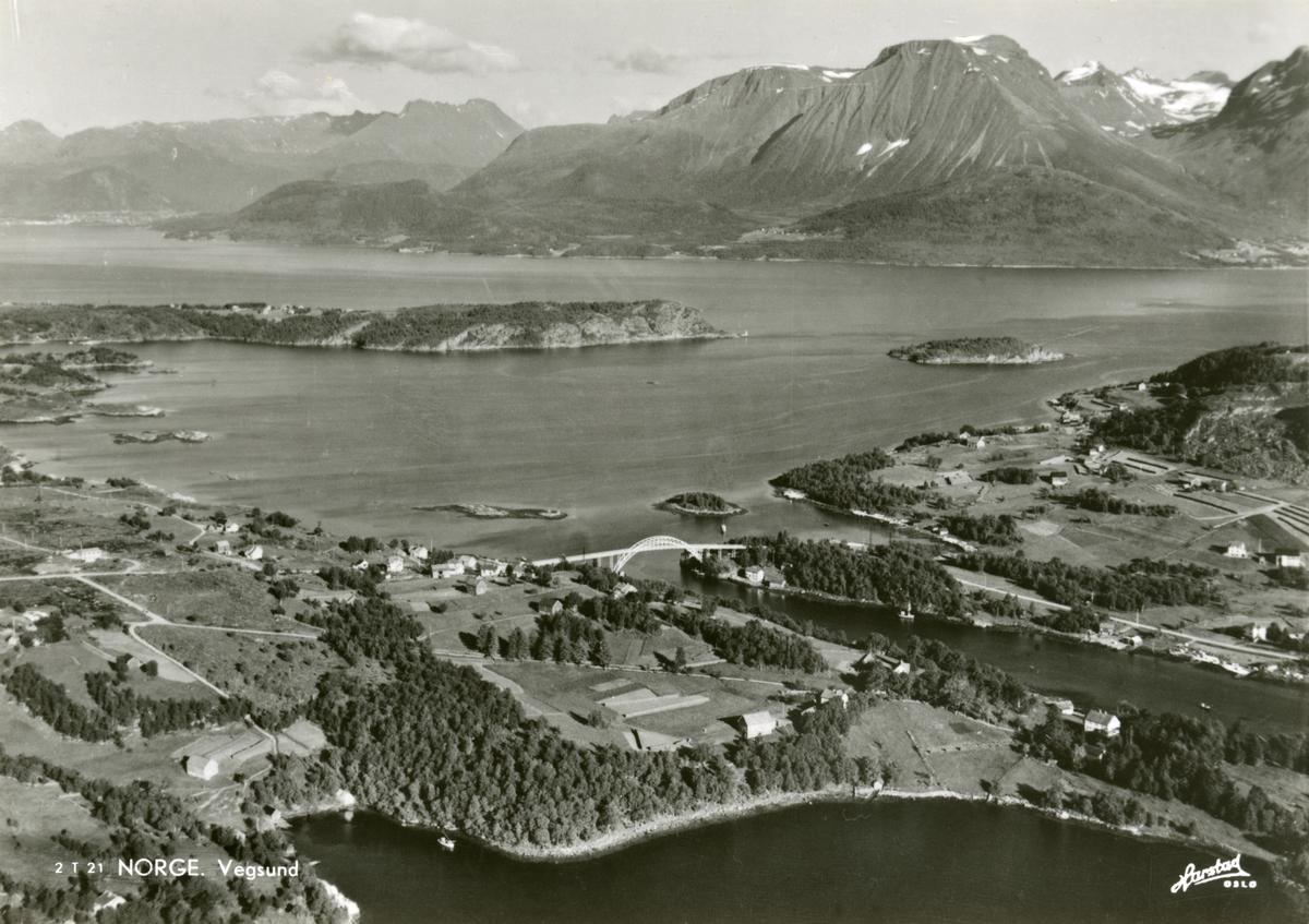 Luftfoto av Vegsundet med Vegsundbrua.